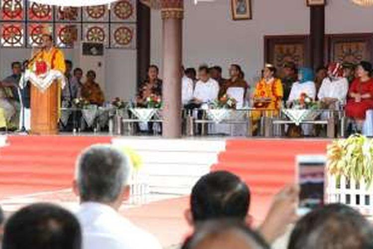 Presiden Jokowi memberikan arahan saat kunjungan kerja ke Kabupaten Nias, Sumatera Utara, Jumat (19/8). (Foto: Humas/Anggun)