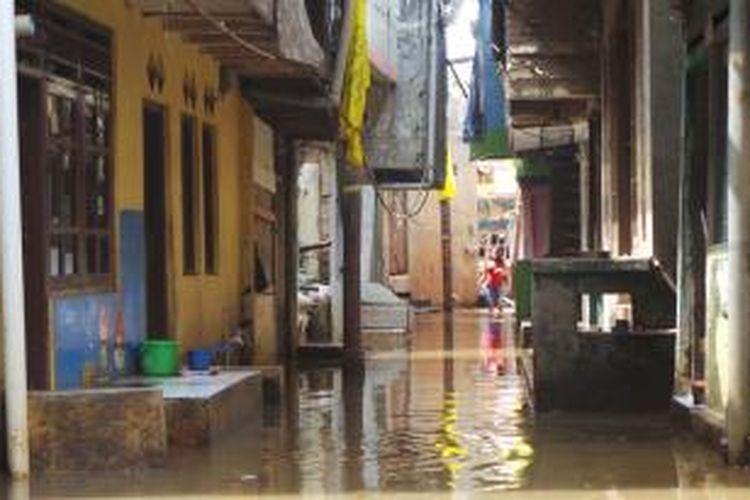 Banjir merendam 3 RW di kawasan Kampung Pulo, Jatinegara, Jakarta Timur, Senin (18/11/2013).
