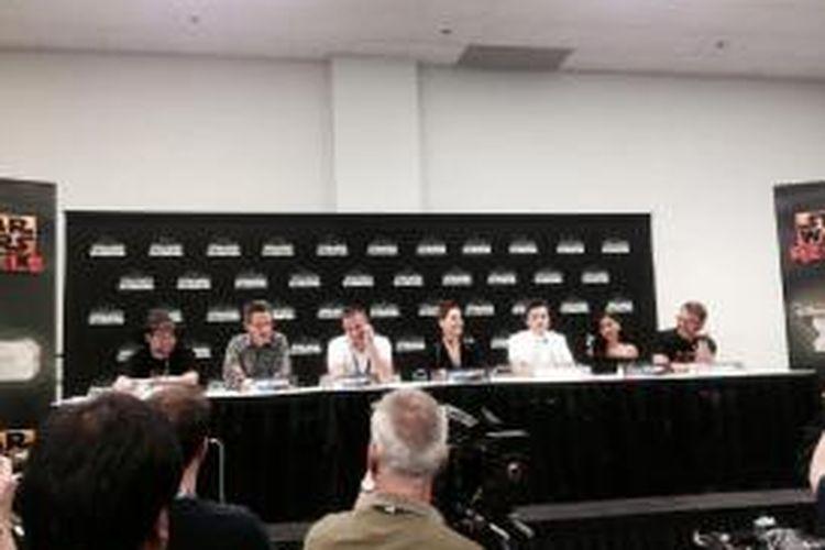 Produser dan para pemeran season 2 Star Wars Rebel hadir dalam konferensi pers, Sabtu (18/4). Dari kiri ke kanan dua produser Dave Filoni dan Simon Kinberg, dan Freddie Prinze jr (Kanan), Vanessa Marshal (Hera), Taylor Gray (Ezra), Tiya Sircar (Sabine), Steve Blum (Zeb)