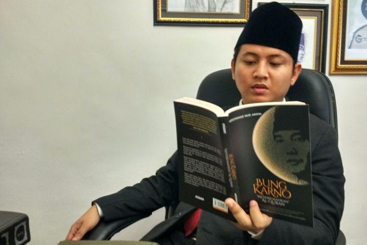 Wakil Bupati Trenggalek Muhammad Nur Arifin di ruang kerja menunjukkan karya tulisnya.