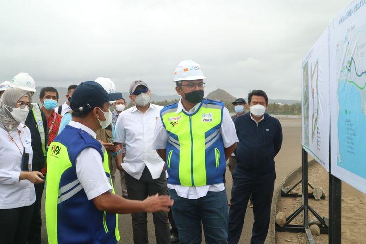 Gubernur NTB Zulkieflimansyah saat mendampingi Menteri Investasi Bahlil Lahadalia mengunjungi sirkuit MotoGP Mandalika Lombok