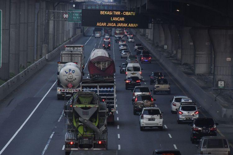 Sejumlah kendaraan melintasi tol Jakarta-Cikampek di Bekasi, Jawa Barat, Jumat (2/4/2021). Pada libur Paskah PT Jasa Marga (Persero) Tbk mencatat sebanyak 185.916 kendaraan meninggalkan wilayah Jabodetabek, meningkat 41,60 ?ri lalu lintas normal. ANTARA FOTO/ Fakhri Hermansyah/hp.