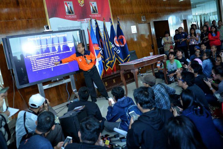 Kepala Pusat Data Informasi dan Humas BNPB Sutopo Purwo Nugroho (tengah) memberikan pemaparan mengenai dampak gempa bumi dan tsunami di kota Donggala dan Palu, Sulawesi Tengah saat konferensi pers di Graha Badan Nasional Penanggulangan Bencana (BNPB), Jakarta, Sabtu (29/9/2018). Berdasarkan data BNPB hingga pukul 10.00 WIB menyatakan jumlah korban yang meninggal dunia akibat gempa bumi dan tsunami di kota Palu sebanyak 48 orang, sementara untuk kota Donggala belum mendapatkan laporan dikarenakan terputusnya jaringan komunikasi, dan diperkirakan jumlah korban akan terus bertambah.