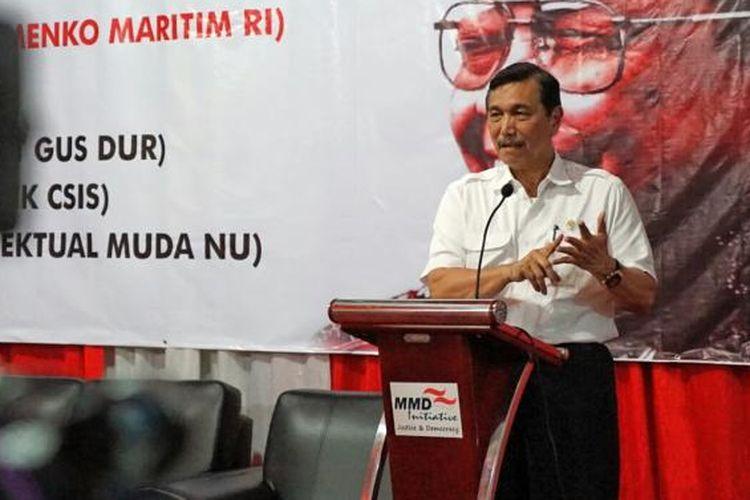 Mentero Koordinator bidang Kemaritiman Luhut Binsar Pandjaitan saat berbicara dalam acara saresehan mengenang tujuh tahun wafatnya Gus Dur di kantor MMD Initiative, Matraman, Jakarta Pusat, Rabu (11/1/2017).