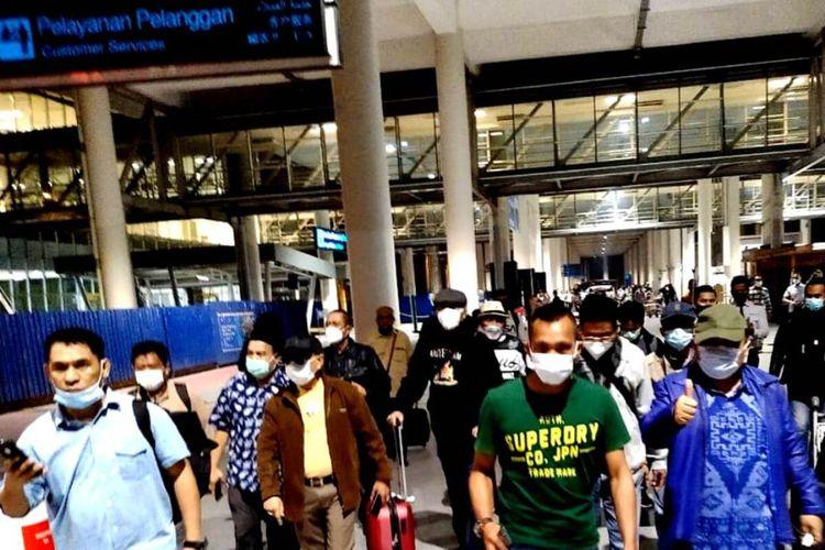 Mantan anggota Majelis Tinggi Partai Demokrat Jhoni Allen Marbun memberikan jempolnya kepada wartawan saat mendarat di Bandara Kualanamu di Kabupaten Deliserdang, Sumut pada Kamis (4/3/2021) malam