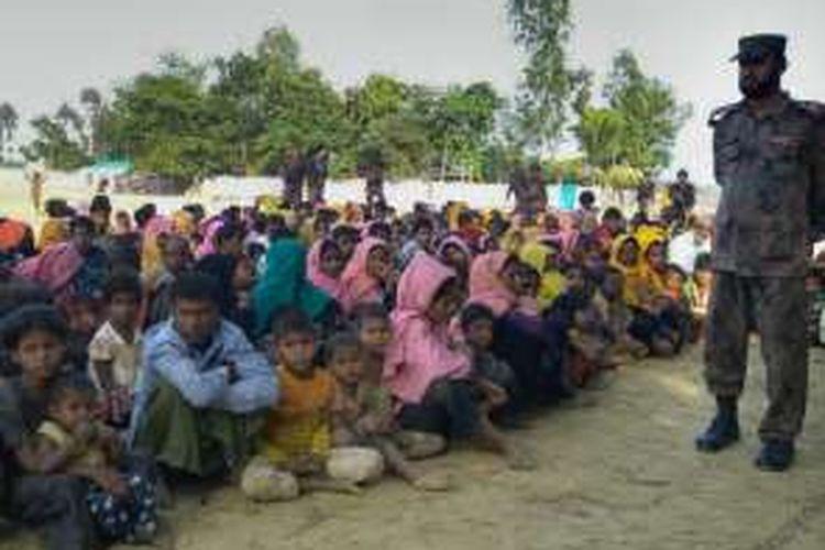Ratusan pengungsi Rohingya yang melintasi batas ke Banglades untuk menghindari kekerasan sektarian diawasi ketat pasukan perbatasan Banglades.
