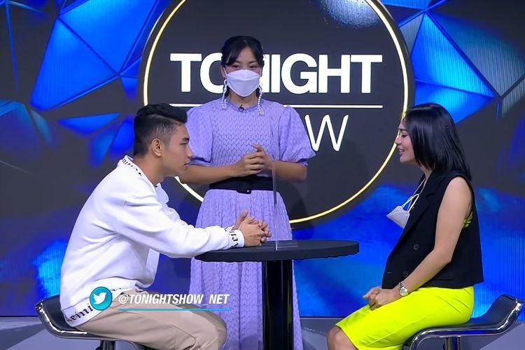 YouTuber Fiki Naki (kiri) dan penyanyi Wika Salim mengikuti permainan yang dipandu Hesti Purwadinata di program Tonight Show di NetTV.