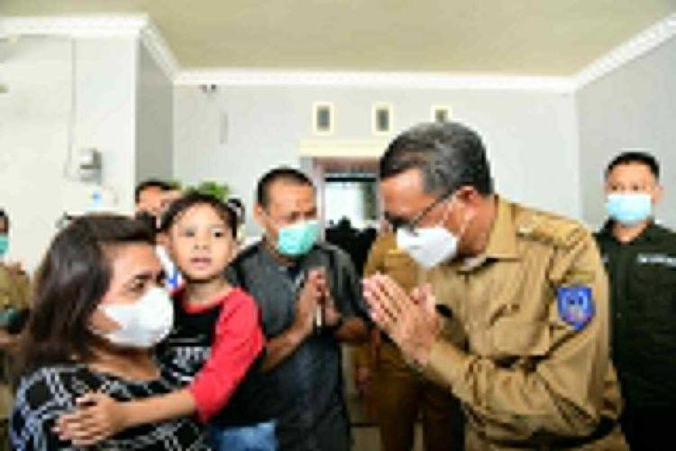 Gubernur Sulsel, Nurdin Abdullah mengunjungi kediaman salah satu korban kecelakaan pesawat Sriwijaya Air rute Jakarta-Pontianak, Ricko Damianur Mahulette, Senin (11/1/2021).