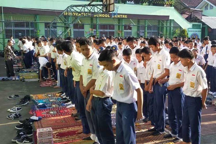 Ribuan siswa dan para guru di SMPN 6 Tasikmalaya menggelar sholat ghaib bagi temannya yang diketahui tewas di drainase depan sekolahnya, Selasa (28/1/2020).