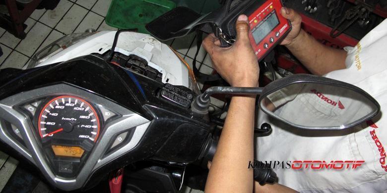 Pengecekan sepeda motor injeksi di bengkel AHASS.