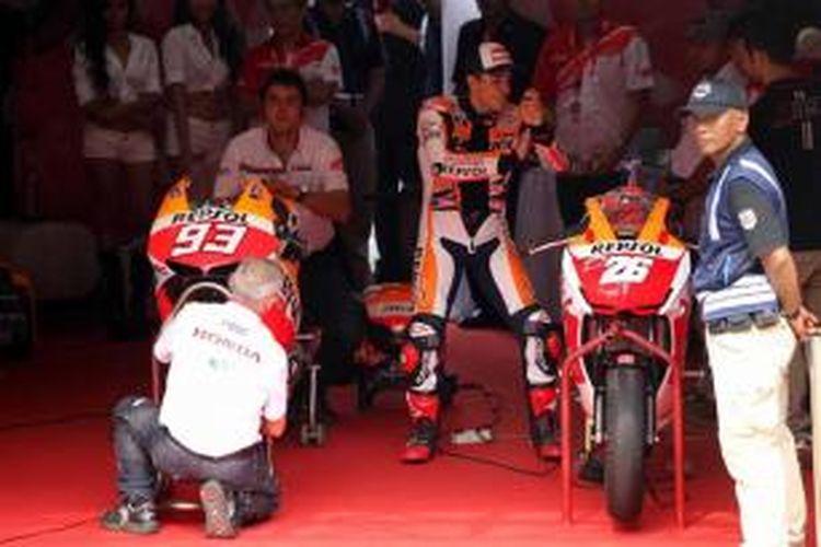 Juara dunia MotoGP, Marc Marquez bersiap memacu Honda RCV di Sirkuit Sentul, Bogor, Jawa Barat, Selasa (21/10/2014). Marc Marquez dan rekan satu timnya Dani Pedrosa datang ke Jakarta untuk bertemu penggemarnya.