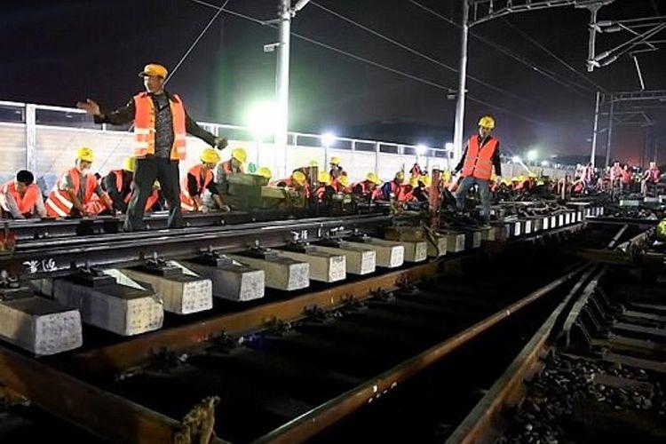 Dalam foto yang diambil dari video yang dirilis situs Pear, terlihat ratusan pekerja tengah membangun jalur kereta api yang menuju ke stasiun Nanlong, Fujian.