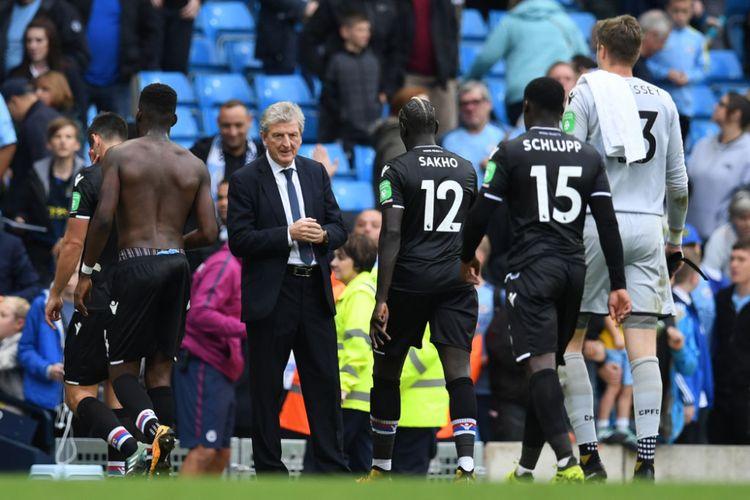 Pelatih Crystal Palace, Roy Hodgson, tampak lesu setelah mengalami kekalahan telak 0-5 melawan Manchester City pada laga lanjutan Liga Inggris di Etihad Stadium, Sabtu (23/9/2017) waktu setempat.