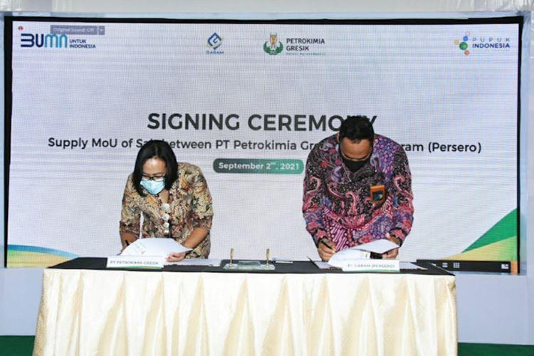 Direktur Operasi & Produksi PT Petrokimia Gresik Digna Jatiningsih (kiri) bersama Direktur Utama PT Garam Achmad Ardianto, saat menandatangani nota kesepahaman di Gresik, Kamis (2/9/2021).