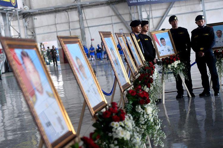 Sejumlah prajurit Kapal Selam TNI AL berpose di samping deretan foto prajurit KRI Nanggala-402 yang gugur  saat Penganugerahan tanda kehormatan dan kenaikan pangkat luar biasa prajurit KRI Nanggala-402 di Pusat Penerbangan TNI Angkatan Laut, SIdoarjo, Jawa Timur, Kamis (29/4/2021). Sebanyak 53 prajurit KRI Nanggala-402 yang gugur di medan tugas mendapatkan anugerah Tanda Kehormatan Republik Indonesia dan kenaikan pangkat luar biasa. ANTARA FOTO/Zabur Karuru/foc.