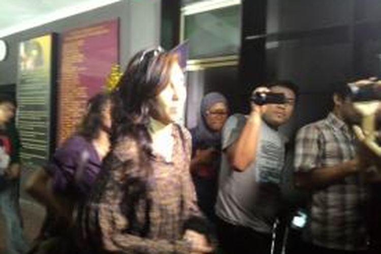 LSR (47) ibu yang diduga menggergaji anak datang ke Mapolres Jakarta Selatan, Rabu (8/7/2015) untuk diperiksa.