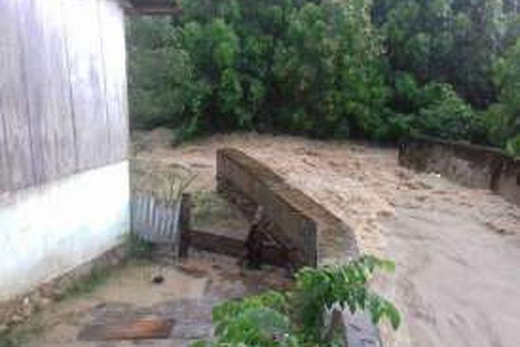 Hujan deras yang mengguyur Kota Bula, Kabupaten seram Bagian Timur, Maluku membuat wilayah tersebut diterjang banjir, Senin (2/12/2016)