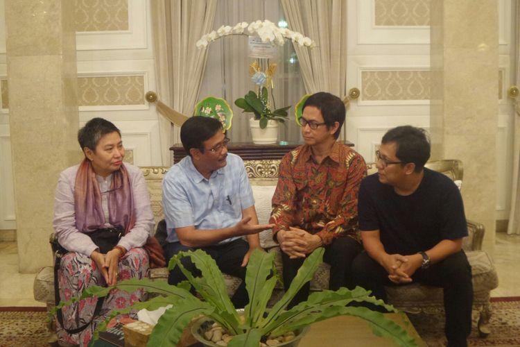 Plt Gubernur DKI Jakarta Djarot Saiful Hidayat berbincang dengan para musisi seperti Addie MS, Erwin Gutawa, dan Cut Deviana di Rumah Dinas Gubernur, Jalan Taman Suropati, Sabtu (13/5/2017).