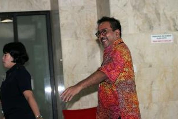 Wakil Gubernur Banten Rano Karno berjalan memasuki Kantor Komisi Pemberantasan Korupsi (KPK) untuk diperiksa, Jumat (17/1/2014). Rano diperiksa sebagai saksi bagi terdakwa Akil Mochtar dalam kasus pengurusan sengketa Pilkada di Provinsi Banten. TRIBUNNEWS/DANY PERMANA