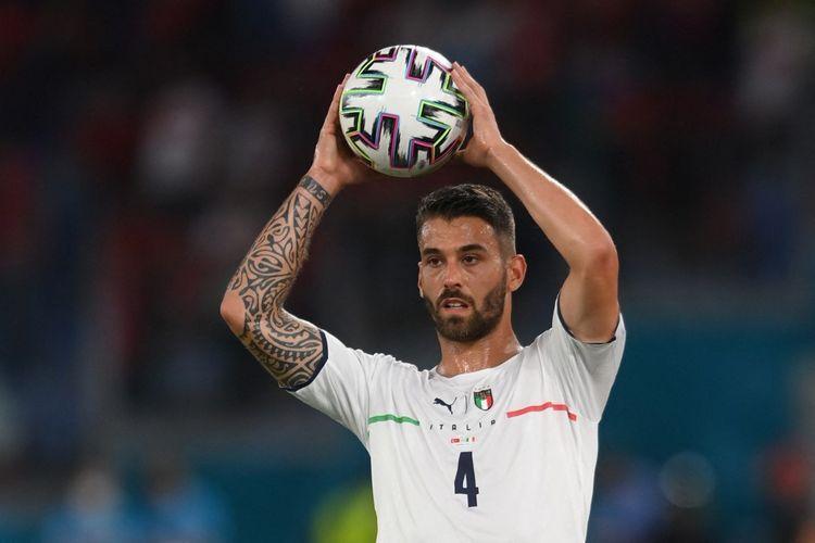 Bek Italia Leonardo Spinazzola memegang bola selama pertandingan sepak bola Grup A UEFA EURO 2020 antara Turki dan Italia di Stadion Olimpiade di Roma pada 11 Juni 2021.