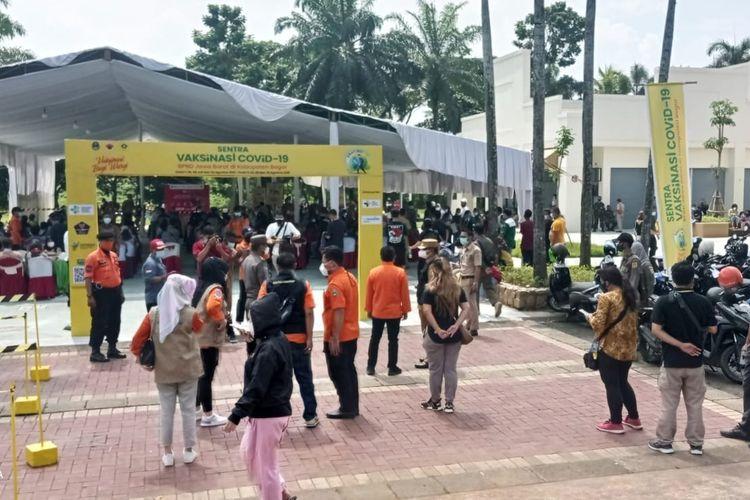 Antrean warga untuk mengikuti vaksin yang digelar pada 26-29 Juli 2021 oleh Telaga Kahuripan.
