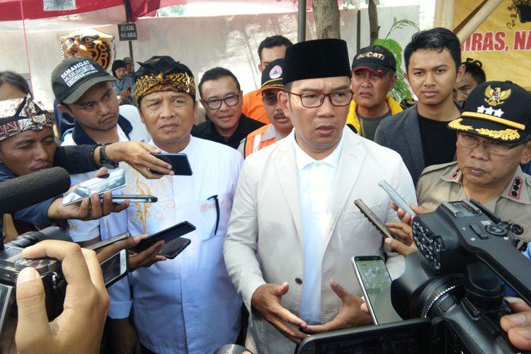 Gubernur Jawa Barat Ridwan Kamil bersama Bupati Bandung Dadang Naser saat diwawancarai media usai meninjau TPS 136 dan 137 di Taman Ceria, Baleendah, Kabupaten Bandung, Rabu (17/4/3019).