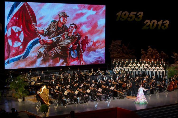 Kelompok orkestra Korea Utara beraksi pada acara peringatan 60 tahun kemenangan dalam Perang Pembebasan Tanah Air di  Ryugyong Jong Ju Yong di Pyongyang, 28 Juli 2013. (AFP/Ed Jones)