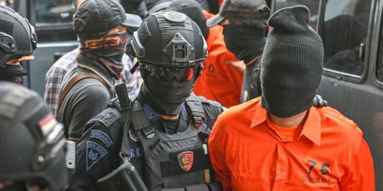 Personel kepolisian mengawal sejumlah tersangka yang dituduh terlibat kelompok afiliasi ISIS, pada Mei 2019 lalu.
