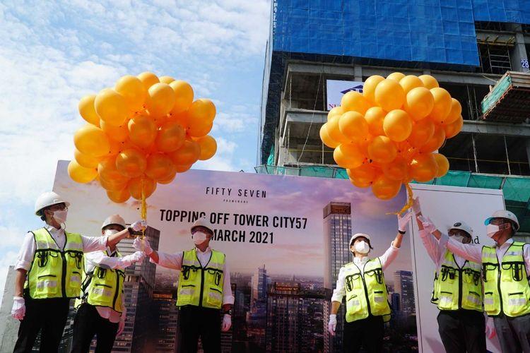 Prosesi topping off (penutupan atap) Tower City57 di proyek apartemen Fifty Seven Promenade, MH Thamrin, Jakarta Pusat.