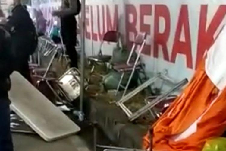 Potongan video suasana posko penyekatan Suramadu yang dirusak warga.