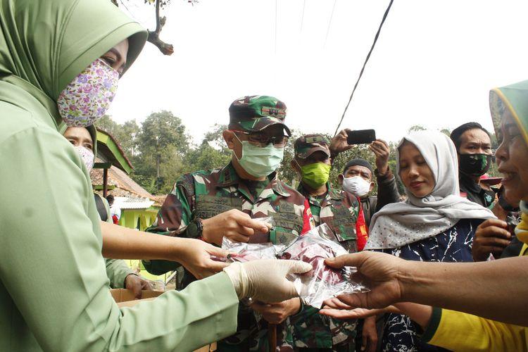 Dandim 0608/Cianjur Letkol Inf Rendra Dwi Ardhani membagikan masker kepada masyarakat di pedesaan. Di kesempatan itu 1.000 masker dibagikan cuma-cuma sebagai upaya mencegah penyebaran Covid-19 di Kabupaten Cianjur