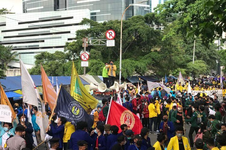 Sejumlah Mahasiswa yang tergabung dalam Aliansi Badan Eksekutif Mahasiswa Seluruh Indonesia (BEM SI) menggelar aksi demonstasi di area Gedung Merah Putih KomisiPemberantasanKorupsi(KPK), Senin (27/9/2021) siang.
