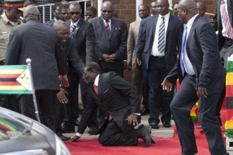 Presiden Zimbabwe Robert Mugabe terpeleset saat menuruni tangga podium usai berpidato di hadapan para pendukungnya setibanya dari menghadiri KTT Uni Afrika di Etiopia, Rabu (4/2/2015).