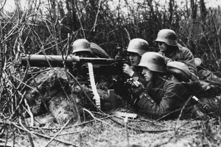 Tentara Jerman mengoperasikan senapan Maxim di Perang Dunia I