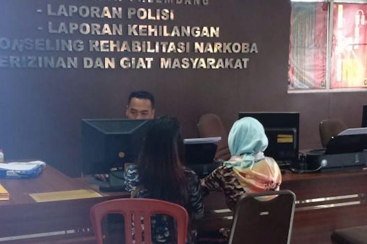 ML (14) korban pemerkosaan oleh temannya sendiri ketika membuat laporan bersama SN (34) ibu kandungnya di Polresta Palembang, Senin (10/12/2018).