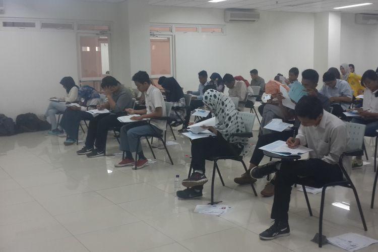 Calon mahasiswa baru melaksanakan ujian SBMPTN 2017 di Gedung Rumpun Ilmu Kesehatan (RIK) Universitas Indonesia, Selasa (16/05/2017)