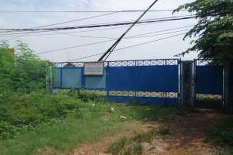 Pagar biru untuk lahan yang memiliki tanda