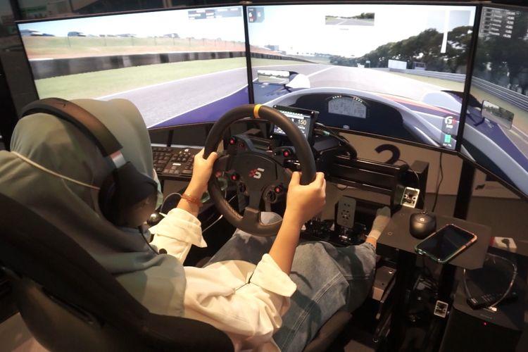 Penggemar dunia balap mobil dapat belajar seputar balap profesional di fasilitas P1 Akademi DIgital Motorsport Indonesia (P! ADMI) di Jakarta