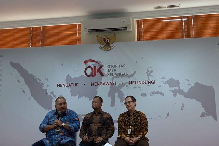 Deputi Komisioner Edukasi dan Perlindungan Konsumen OJK Sarjito (tengah) di Jakarta, Selasa (16/4/2019).
