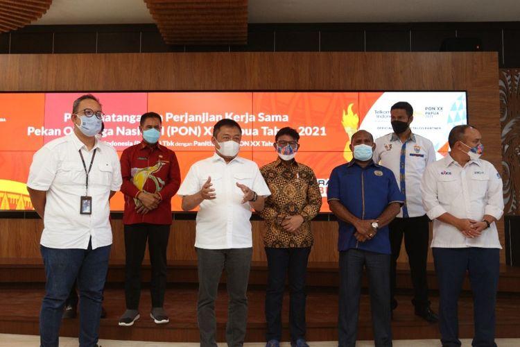 Direktur Utama Telkom Ririek Adriansyah (ketiga dari kiri) memberikan paparan usai Penandatanganan Perjanjian Kerja Sama PON XX Papua Tahun 2021 antara Telkom dan Pengurus Besar PON XX Papua 2021.