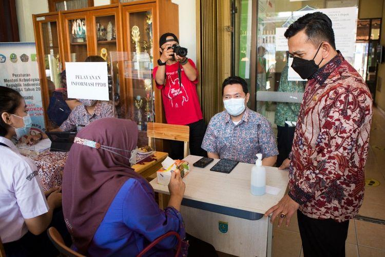 Kepala Disdik Jabar Dedi Supandi saat meninjau proses PPDB di wilayah Depok dan Bekasi, Jumat (11/6/2021).