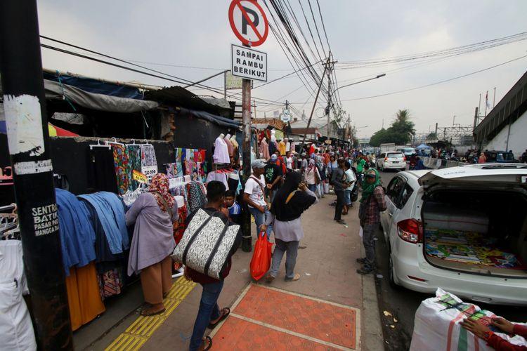 Sejumlah Pedagang Kaki Lima (PKL) berdagang di atas trotoar di Tanah Abang, Jakarta, Rabu (18/10/2017). Meskipun sudah ditertibkan, para PKL tersebut masih saja berjualan di atas trotoar dengan alasan harga sewa toko yang sangat mahal.