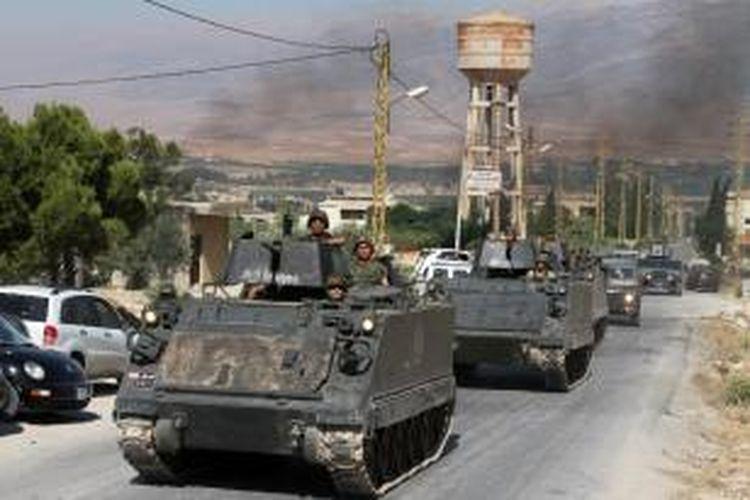 Iring-iringan kendaraan lapis baja angkatan darat Lebanon sedang menuju ke kota Arsal yang sempat diduduki pasukan ISIS awal Agustus ini.
