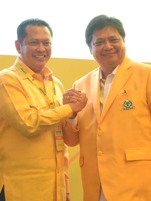 Ketua Umum Partai Golkar Airlangga Hartarto bersama Ketua MPR Bambang Soesatyo saat pembukaan Rapimnas Partai Golkar di Hotel Ritz Carlton Jakarta, Kamis (14/11/2019)