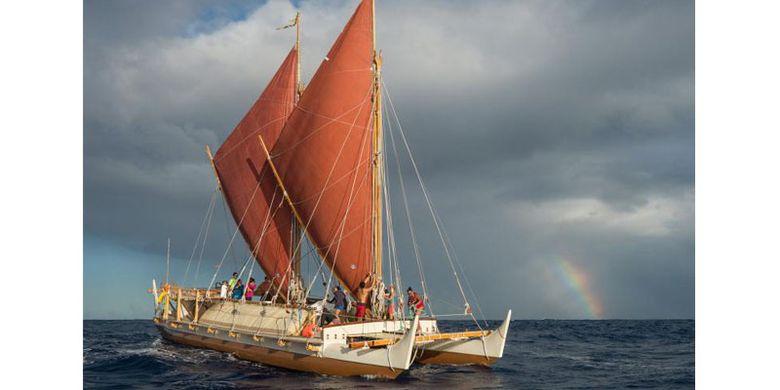 Hokulea, sebuah replika modern dari jenis kapal berkulit ganda yang membawa orang-orang ke Polinesia Timur, melakukan tes berlayar sebelum perjalanan dari Hawaii ke Tahiti.
