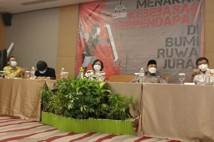 Diskusi kebebasan berpendapat yang ditaja LBH Pers Lampung, sekaligus pengukuhan pengurus tahun 2020 - 2023.