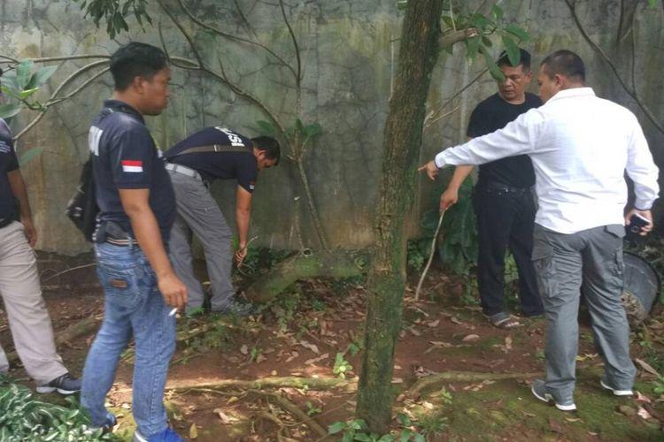 Polisi saat melakukan olah tempat kejadian perkara di rumah Ketua Fraksi DPR RI Partai Keadilan Sejahtera Jazuli Juwaini di kawasan Ciputat, Tangerang Selatan, Kamis (4/5/2017).