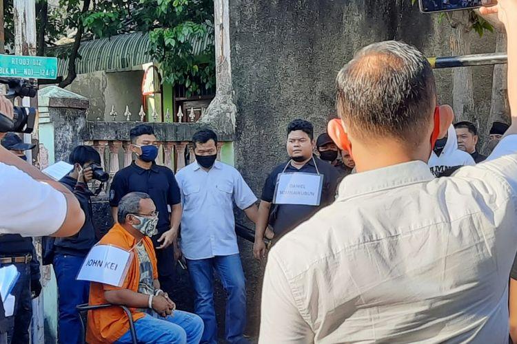 John Kei dihadirkan dalam rekonstruksi di Komplek Tytyan Indah Utama X, Kecamatan Medan Satria, Kelurahan Kali Baru, Bekasi, Jawa Barat, Senin (6/7/2020).