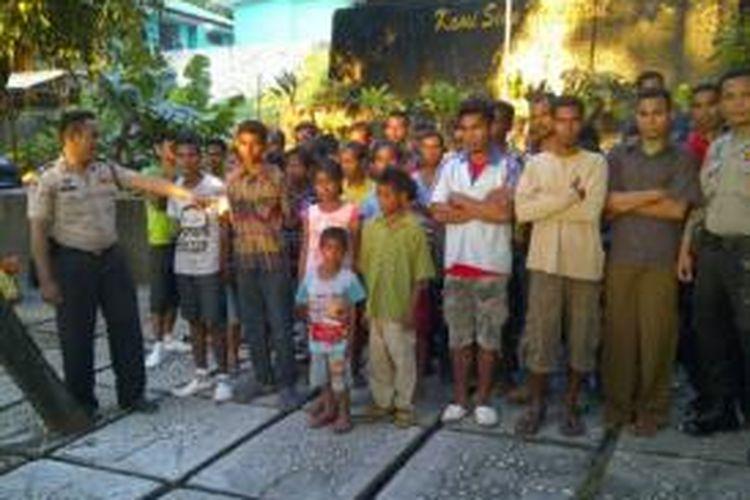 56 TKI ilegal saat diamankan di Mapolres Kupang Kota, Sabtu (15/3/2014)