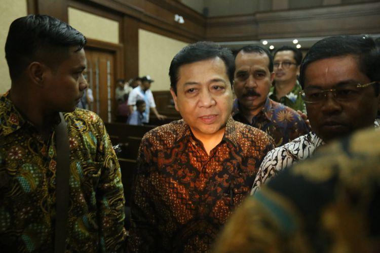 Ketua DPR Setya Novanto (tengah) meninggalkan ruang persidangan usai bersaksi di persidangan kasus dugaan korupsi e-KTP, di Pengadilan Tipikor Jakarta, Jumat (3/11/2017). Hari ini, Novanto hadir menjadi saksi untuk terdakwa pengusaha Andi Agustinus alias Andi Narogong